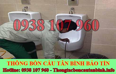 Thợ Thông Tắc Bồn Cầu Đang Dùng Máy Lò Xo Thông Tắc Quận Tân Bình.